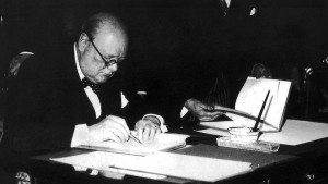 churchill-escribiendo